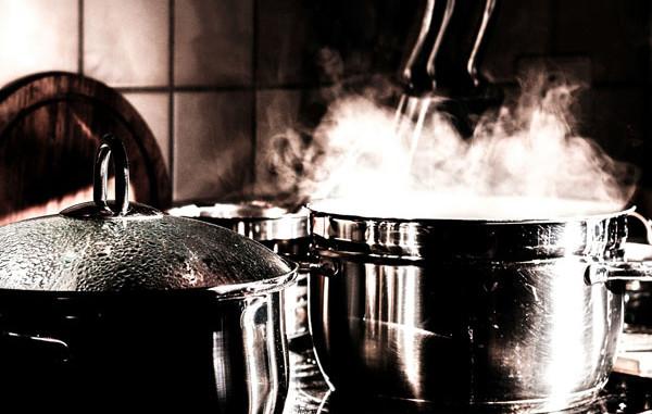 Ein Kochtopf und die Popcornmaschine müssen regelmäßig gereinigt werden.
