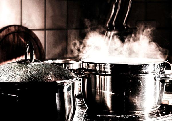 Ein Kochtopf und die Popcornmaschine müssen regelmäßig gereinigt werden. Popcornmaschine reinigen.